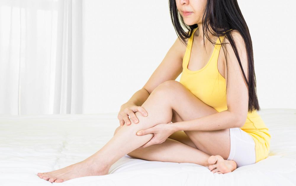 kiütés vörös foltok formájában a lábakon, viszketés nélkül egy felnőttnél